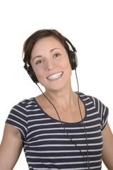 Glückliche junge Frau hört Musik mit Kopfhörer