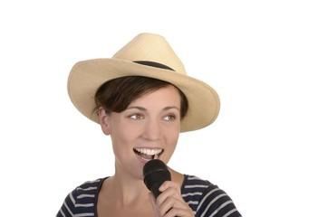 Junge Hübsche Sängerin mit Mikrofon