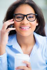teenager mit brille telefoniert