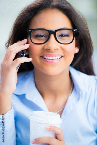 teenager mit brille telefoniert
