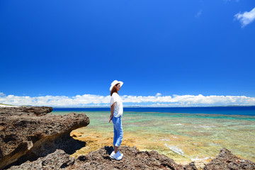 コマカ島の美しい海と眺める女性
