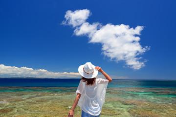 コマカ島の美しい海を満喫する女性