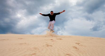 Dune di sabbia, jump in Lancelin sand dune, Australia