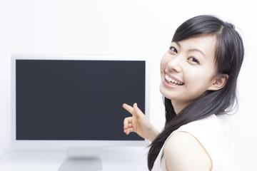 パソコンのモニタを指差す女の子