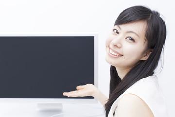 パソコンの画面を見せる女の子