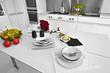 frutta fresca sul tavolo bianco in una cucina moderna