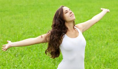 Junge Frau genießt die freie Natur