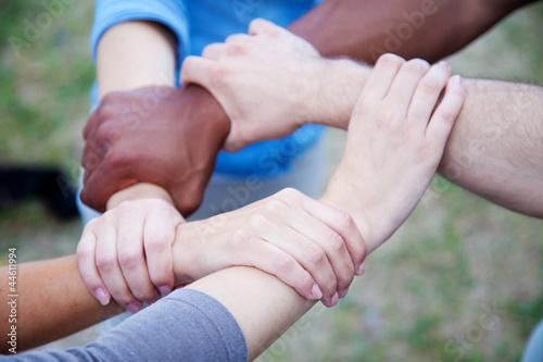 Gruppe junger Leute zeigt Zusammenhalt