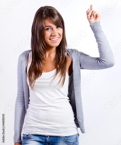 mujer joven y atractiva señalando con el dedo