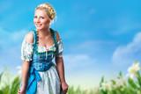 junge blonde Frau in Trachtenmode