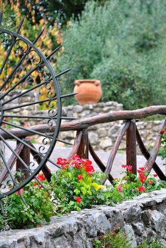 Giardino con staccionata in legno e muri in pietra - Staccionata in legno per giardino ...