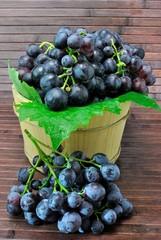 Cestello in legno con uva nera