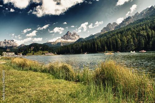 jezioro-dolomity-z-letnimi-kolorami