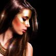 wunderschöne brünette Frau mit magischem Haar