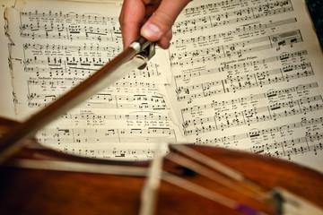 Antikes Geigenspiel