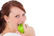 Attraktive junge Frau beißt in einen Apfel