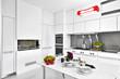 cucina moderna in laminato bianco con tavolo apparecchiato
