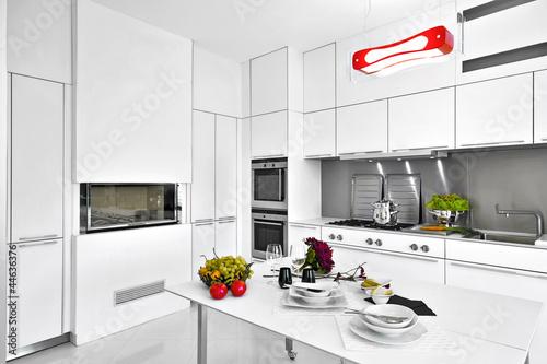 Cucina moderna in laminato bianco con tavolo apparecchiato for Abbonamento a cucina moderna