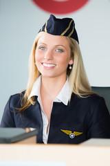flugbegleiterin am gepäckschalter