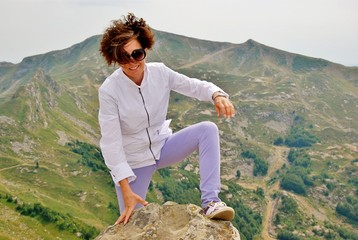 donna a piedi in cima alla montagna