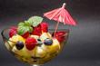 frischer Obstsalat mit dunklem Hintergrund