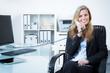 entspannte junge geschäftsfrau führt ein kundengespräch