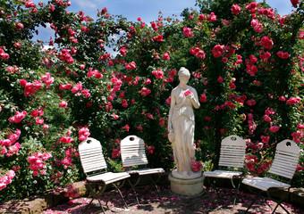 Rosengarten mit Statue
