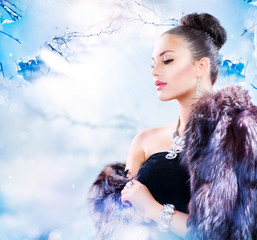 Winter Woman in Luxury Fur Coat