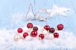 Schnee mit Weihnachtskugeln