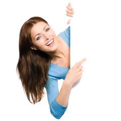 Frau zeigt auf Werbeschild