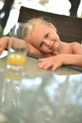 bébé buvant jus