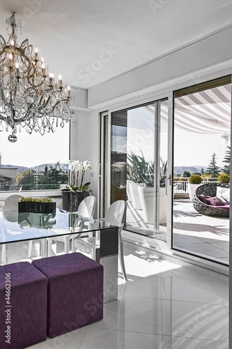 moderna sala pranzo con tavolo di vetro con vista sul terrazzo   Buy ...