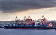 Containerschiff am Containerterminal in Hamburg