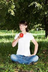 Красивая девушка в парке с фруктами