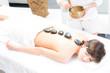 junge frau genießt eine klangschalentherapie