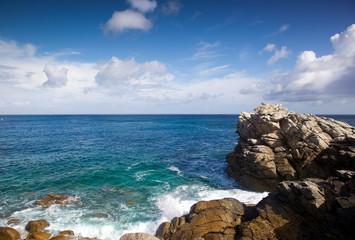 costa oceanica con falesie