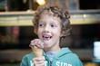 kleiner Junge mit Eis