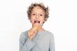kleiner Junge isst Eis