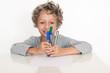 kleiner Junge mit Stiften