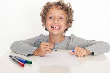 kleiner Junge schreibt
