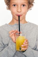 Kleiner Junge trinkt Limonade