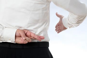 Ein Geschäftsmann taeuscht Ehrlichkeit vor