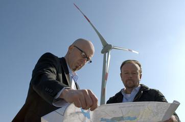 Architekt und Bauherr planen Windpark