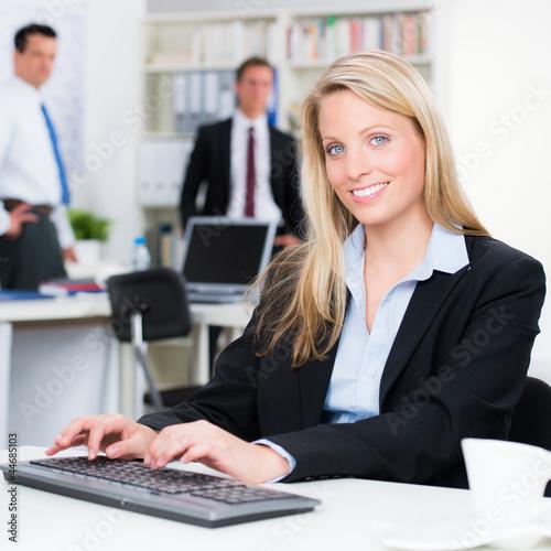 glückliche angestellte arbeitet am pc