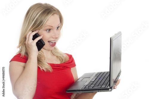 Frau mit Handy und Laptop