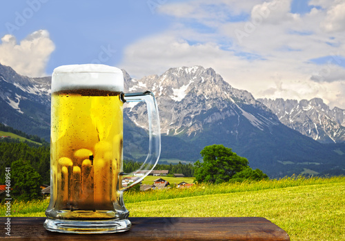 Leinwanddruck Bild Bier in den Alpen