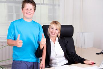 Mutter & Sohn im Büro