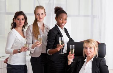 Frauen feiern im Büro