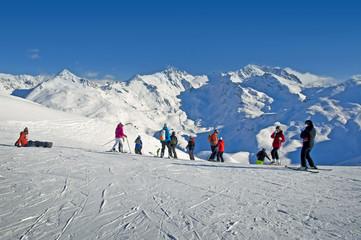 Skieurs sur une piste de ski - Domaine des 3 Vallées