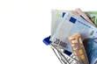 Freigestellter Einkaufskorb mit Euros